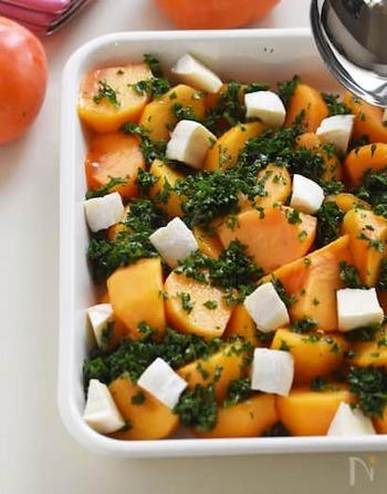 パセリと柿、カマンベールチーズもしくはクリームチーズで作る、見た目もオシャレで味も抜群のマリネ。しかも切って和えるだけの簡単レシピです。作って一晩おいて味を馴染ませるのも◎。持ち寄りパーティーや、おもてなしの前夜に作っておくと良いかも。