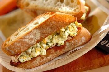 ドライパセリ、柚子胡椒、粗挽きコショウ、ツナ、卵で作る、卵サンド。パンは食パンではなく、ハード系のパンをトースターで焼いて使用します。コショウやパセリの香りがきいたちょっと大人のサンドイッチです。