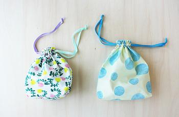 上履き以外にも、色々なものを入れて持ち運べる巾着袋。材料は布と紐がそれぞれ2つだけです。布の端を縫って2枚の布を縫い合わせたら、紐口にステッチを入れます。袋の口は3つ折りにして縫い、布を裏返して紐を通したら形は完成。底に三角形を作るように縫うと、マチを作れます。