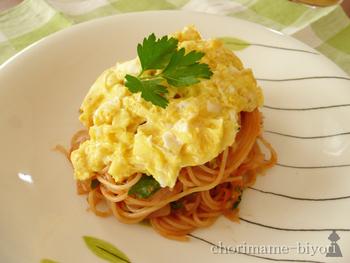 たっぷりのパセリが入ったオムパスタ。食材を混ぜ合わせてレンジでチン。パスタを茹で始めたら、その間にソースを合わせてレンジでチン。茹で上ったパスタとソースを絡めて、とろとろの卵をのっけて完成♪の、簡単で美味しい時短レシピです。