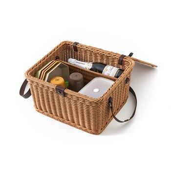 PP素材のピクニックバスケットは、型がしっかりしたデザインだから汁もれが気になる弁当箱や飲み物も安心して入れらます。ワインも入る大きなサイズで、必要なものは一気に運べちゃう!