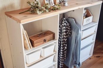 天板に物を置けるよう杉板を固定しています。インボックスを活用すると、使い勝手と収納力もアップ!子供部屋にもおすすめです。