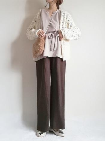 しまむらのワイドパンツで、ニュアンスカラーが秋らしいコーディネート。ニットパンツは履き心地もよく、季節感も出ておすすめ♡