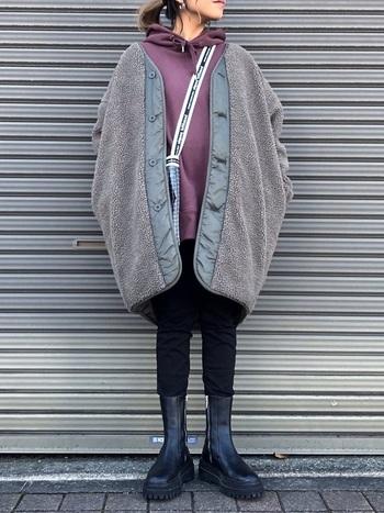 妊娠中のカジュアルコーデに持っておきたいパーカーも、ユニクロのメンズサイズがおすすめ。冬に着るなら鮮やかな色を選んで、アウターから覗かせるとバランス良く決まります。