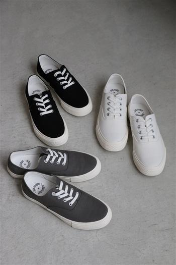 カラーは白、黒、チャコールの三色展開。どの色を選んでも外れなし!毎日履きたくなるベーシックなスニーカーです。