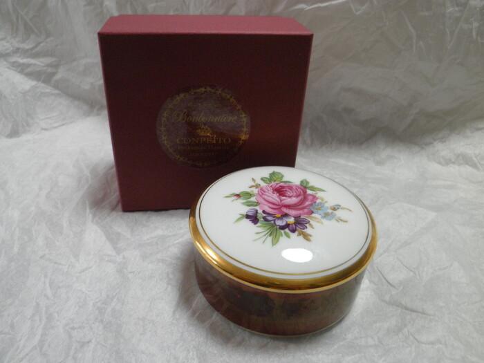 弘化4(1847)年に京都で生まれた緑寿庵清水(りょくじゅあんしみず)。金平糖の専門店で、時代を超えて引き継がれる伝統製法で作られる金平糖は、正に至極の金平糖。美しいボンボニエールに入った金平糖は、見た目から今までの金平糖のイメージを覆します。