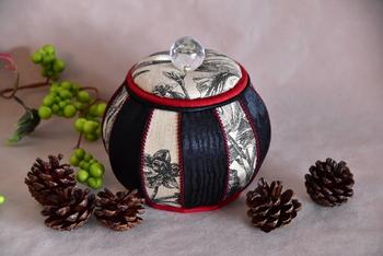 タイの高級ブランド、ジム・トンプソンのファブリックを使ったボンボニエール。陶器のものが多いですが、ファブリックならではの温かみもまた素敵ですね。