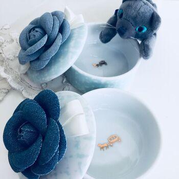 陶器にツイードのカメリアがプラスされた、普段使いに楽しめそうなボンボニエール。蓋を開けた時に中に見える模様がアクセントに♪