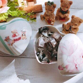 ハート形が珍しいボンボニエールには、愛らしいクマのデザインが。チョコレートを入れて、大切な人へのバレンタインの贈りものとしても良さそうですね。