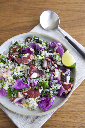 パセリ、たこ、紫キャベツ、ニンニクやブラックオリーブで作る炒めごはん。ライムを添えて見た目も味もよりさわやかに演出すれば、まるでカフェ飯のような仕上がりに。