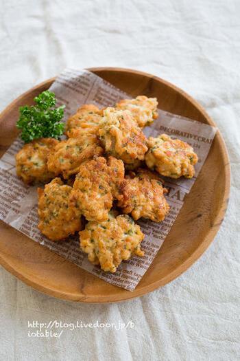 パセリ、鶏ムネ肉、絹ごし豆腐、ニンニク、粉チーズでつくるチキンナゲット。お豆腐の水切りをしないで作れるのも時短になり◎。やわらかくて美味しいチキンナゲットはおつまみやお弁当のおかずにも使えて便利です。
