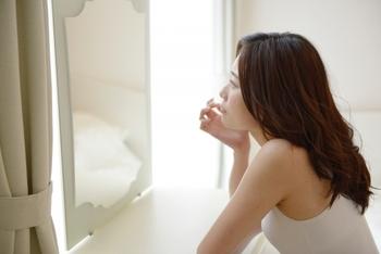 顔の産毛を処理すると、お肌がワントーン明るくなります。表面の古い角質も一緒にオフできるので、くすみがとれてきれいな見た目に。 ただし、週に何度も処理をするとお肌の負担になってしまうので、目安としては1ヶ月に1度程度が良いとされています。生理前や生理中などは、お肌が敏感になっていますので、産毛処理はお休みしましょう。