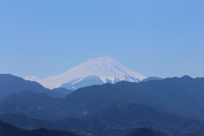 また、高尾山の山頂からは、日本一の標高を誇る富士山を眺めることもできます。森林浴ができるうえに、素晴らしい眺望が待っている高尾山へは、東京都心から日帰りでアクセスすることができるため、高尾山は「ミシュラン・グリーンガイド・ジャポン」の三ツ星にも輝いています。