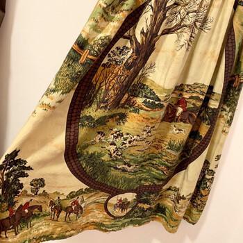 こちらは、絵画チックな馬柄のヴィンテージスカート。乗馬の様子が描かれているなんて、なんともキュート。  とっておきの粋な柄を見つけて、着こなしに取り入れたいですね。