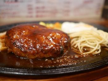しっかりお肉でお腹を満たしたいならジューシーなハンバーグがおすすめです。