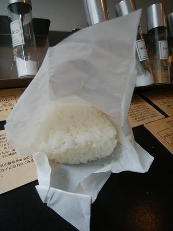 店内にはお塩を使ったスイーツなどもいただけますが、ぽおすすめは「塩結び(えんむすび)」。会津産の無農薬白米or玄米のおにぎりに、ソルトバーでお好きな塩をふりかけていただくスタイル。ひと口ずついろんなお塩を試してみると、その違いがはっきり分かりますよ。
