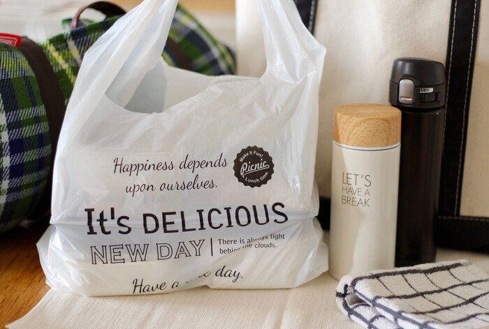 こちらは英文字がプリントされたダイソーのビニール袋。スーパーの袋に入れるよりも生活感が出ず、スマートですね。
