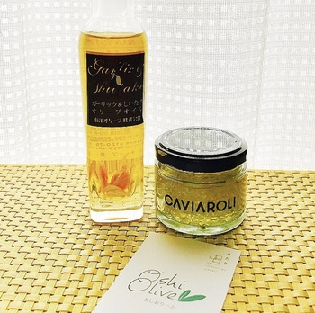 右側の「CAVIAROLI」は、小さな玉状になった珍しいオリーブオイル。世界最高峰のレストランでも提供されるほどおいしいと評判で、多くのメディアでも紹介されています。