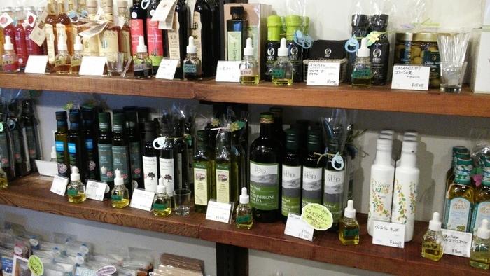 """""""塩で遊び、オリーブオイルを楽しむ""""がコンセプトの「OSHIOLIVE(オシオリーブ)」は、その名の通りお塩とオリーブオイルの専門店。すべての商品を試食できるので、香りや風味の違いを確かめることができますよ。"""