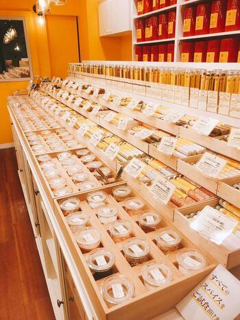 自由が丘にある「Lepice et Epice(レピス・エピス)」は、スパイスの専門店。店内に入ると、芳醇な香りがいっぱいに広がっています。