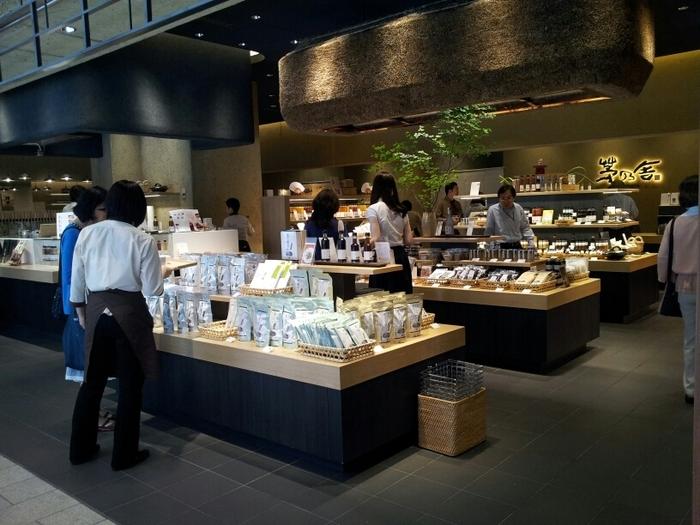 煮物やお味噌汁など、和食に欠かせない「おだし」。おだしブームの先駆けともいわれる「茅乃舎」では、化学調味料・保存料 無添加のおだしが人気です。