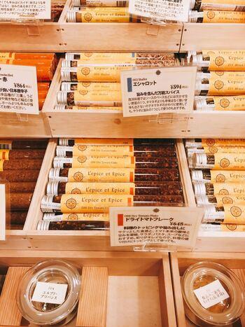 スパイスを使ってみたいけれど、香りが分かりにくい、と思ったことはありませんか?こちらのお店では、すべてのスパイスの試食ができるんです。実際に手に取って香りを確かめて食べてみることで、自分の好みが分かりやすくなりますね。