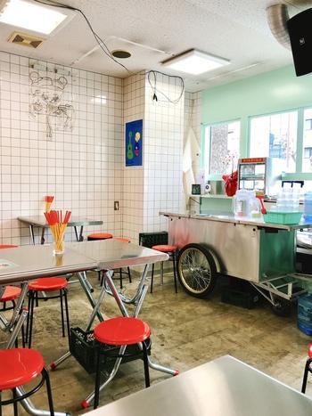 台風飯店の店内は、ラーメン屋さんのような外観同様にチャイニーズ感が感じられます。実はここ、電話番号が非公開なため予約不可となっているため、早めの来店がマスト◎特に休日はピークの時間には外で行列ができることもあるんだとか!