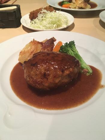 町の洋食屋さんという雰囲気のなか、気軽にいただけるのが、こちらの絶品ハンバーグ!  黒毛和牛を使用したこだわりのハンバーグは、ぷっくりとふくらんで、ナイフを入れると肉汁がたっぷり。粗びきの肉肉しい感じというより、なめらかな食感を楽しめます。1300円と、手が届きやすい一皿(単品)なのも嬉しいところ。  ちなみにランチメニューでは和牛ハンバーグが、ご飯・味噌汁付き1100円でいただけますよ。そのほかシチューハンバーグもあり、ともにシーフードクリームコロッケ付き、ミニメンチカツ付きになっているものも◎