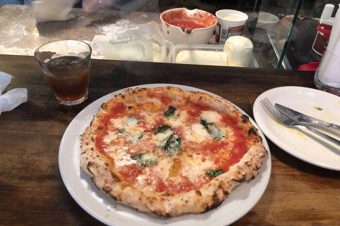 お目当てはこちら!毎日職人が生地を仕込んでつくる、モチモチした生地の釜焼きピザ。たっぷりかかったソースやチーズ、窯ならではの香ばしさが、贅沢な気分を盛り上げてくれます。  一人一枚は女性でも食べれますよ。きっと3人で訪れても、ピザ4枚くらいはペロっと食べれちゃうはず♪  ランチメニューも提供しているので、ピザランチを楽しむのも良いですね。さらにはテイクアウトも受け付けているそうですよ*