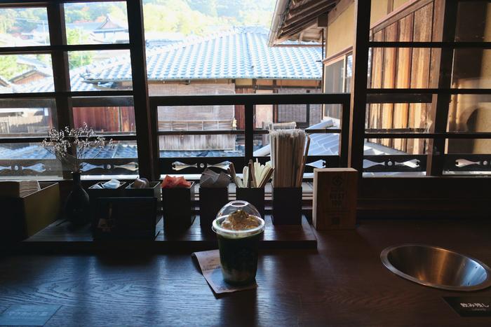 2017年にオープン以来、外国人にも人気のスタバとなり、観光シーズンには行列かできるほどの人気だそう◎それもそのはず、店内はしっかりと日本の古き良き雰囲気を感じることができ、居心地も抜群なのです。