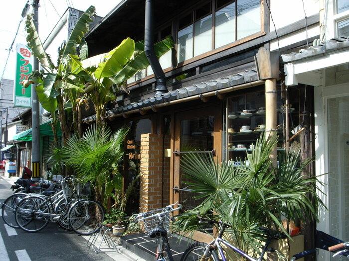 京都というよりも沖縄をイメージさせる外観が特徴のカフェ「カフェ ビブリオティック ハロー!」。こちらは、ゆったりと大人の時間を楽しみたい方におすすめなブックカフェとなっており、店内には無数の本が並ぶカフェです*