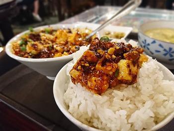 池袋グルメは、ワールドワイド。まるで世界旅行をしたような気分を楽しめるお店ばかり!  ぜひ池袋で食事を楽しむなら、とっておきの美味しいお店で、満腹で大満足♪なグルメを満喫してくださいね。   画像/「知音食堂」のランチで人気の麻婆豆腐