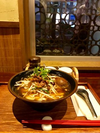 こちらも台湾の名物グルメ、台湾牛肉麺。そのほか、台湾風煮込みの滷味(ルーウェイ)など、本場ならではの馴染みのないメニューがいろいろ。  清潔感を感じさせる店内で、女性ひとりでも入りやすく、居心地いいです。気楽に台湾グルメを満喫できるのが嬉しいですね◎