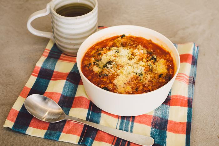 サバとトマトの相性がばっちりな「サバのカレー風味リゾット」。材料を器に入れて加熱するだけで完成するお手軽レシピです。カレー粉を多めに入れると辛口に仕上がるので、お好みで味に変化をつけてお召し上がりください♪