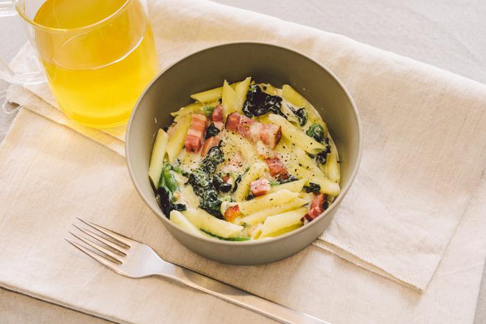 ギリシャヨーグルトを使ったクリームパスタ風「ヨーグルトペンネ」。アイデア次第でいろんな食材が代用できそうな簡単レシピです。お好みで最後にオリーブオイルをかけてお召し上がりください♪