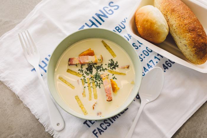 豆乳のやさしい味わいが特徴の「カボチャの豆乳スープ」。ベーコンと「じゃがりこ」の食感が良く、意外と腹持ちがいいのもポイント!今回は、コッペパンや丸パンを添えていただきます♪