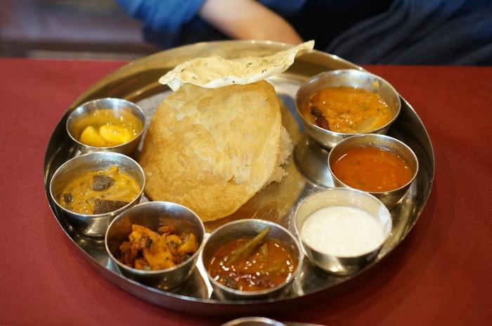 まずエー・ラージで食べたいのが、南インド料理の人気メニュー「ミールス」。ベジタリアンの方、ノンベジタリアンの方向けとそれぞれメニューがあり、バスマティーライスとあわせていただきましょう。  ノンベジではマトン、チキンなどのお肉を使ったカレーも。野菜の美味しさも詰まった、期待を裏切らない美味しさ。