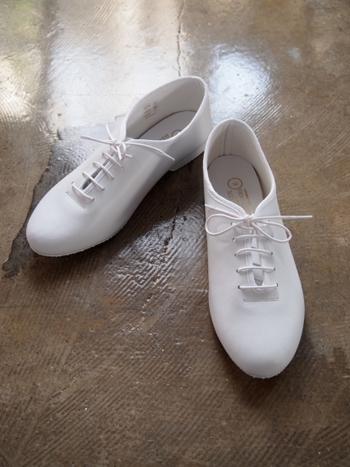 柔らかな牛皮が長時間履いていても疲れにくく、靴擦れにはほとんどなりません。スニーカーといってもカジュアルすぎないので、少しフォーマルなワンピース等と合わせても素敵です。