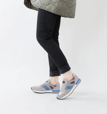 ヒール部分が3層のEVAスポンジでクッション性が高く、フィット感抜群でとても履き心地が良いのも◎。甘さのあるヴィンテージライクなスカートと合わせたミックススタイルがおすすめです。