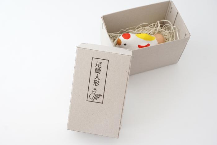 素朴な人形にマッチしたレトロなテイストの箱も味わい深いですね。ひとつひとつ大切に手作りされているのがよく分かります。