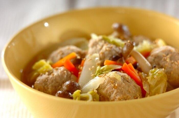 たっぷりの野菜と鶏団子を一緒に煮込んだスープ煮のレシピ。ごま油の香りが食欲をそそります。鶏団子に木綿豆腐を加えることで、やわらかくヘルシーに仕上がっています。