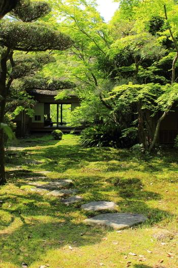 庭園からは筑紫平野と有明海を眺められ、庭園と一体化した借景庭園として見事な景観を作り出しています。