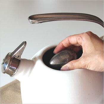 使い方は、やかんに入れてお湯を沸かすだけ。鉄分が溶け出すことで鉄瓶と同じような効果が得られ、お茶が美味しく淹れられます。鉄分の補給もできるのも嬉しい点です。
