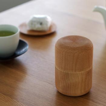 1908年創業の我戸幹男商店の「KARMI 俵」は、茶筒では珍しい木製。木地職人による繊細な筋目が表情豊かで伝統の技が光ります。