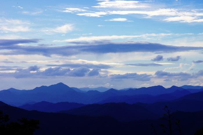 妙見山の山頂からの眺めは格別です。折り重なるように広がる北摂山系の美しい山容と青空が織りなす景色はまるで一枚の絵画のような素晴らしさです。