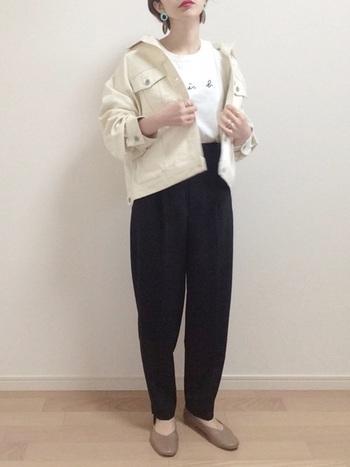 白のジージャンを合わせたモノトーンスタイルは、ヘルシーでハンサムな大人女性を演出します。重たくなりがちな黒の太めのパンツも、トップスを白でまとめることで軽やかな雰囲気に。