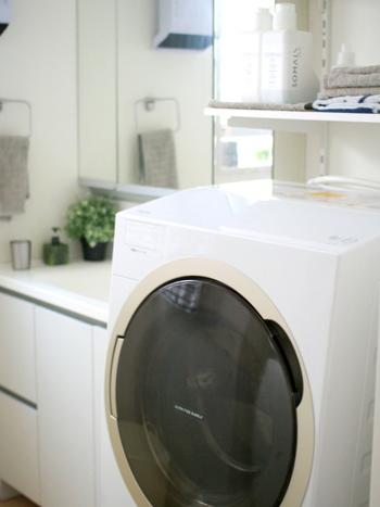 洗濯が終わったら、型崩れのないように注意して干しましょう。乾燥機は便利ですが、乾燥機に入れると縮みの原因にもなります。  直射日光を避け、陰干ししましょう。直射日光に当てると、黄ばみや色褪せとなることがあります。