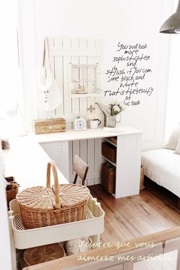 カラーボックスの向きも使いやすいように工夫して。趣味のアトリエや家事の作業スペースなど、自分だけの空間が手軽に作れますよ。