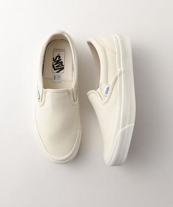 「VANS(バンズ)」は、もともとはスケボーシューズの専門ブランドとして、1966年にカリフォルニアでポール・ヴァン・ドーレン氏と3人のパートナーにより創立されました。 靴ひもがなく履きやすい「SLIP-ON(スリッポン)」は、1979年に誕生。