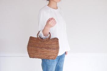 もちろんバッグとして手に持っても素敵です。形がしっかりしているからきちんと見える。スカーフやハンカチなどを組み合わせても。